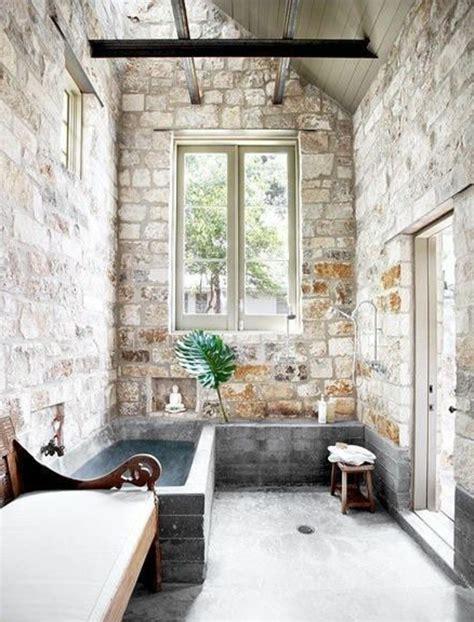 Supérieur Mur En Pierre Apparente Interieur #3: salle-de-bain-avec-mur-en-pierre-apparente-mur-en-fausse-pierre-avec-plafond-sous-pente.jpg