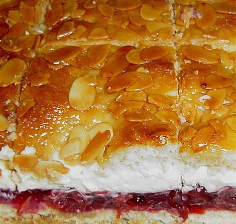 bienenstich kuchen mit pudding bienenstich mit pudding vanillecreme und sauerkirschen