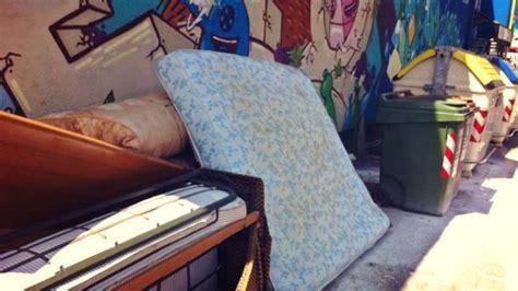 suocera a letto marito furioso getta letto e mobili sotto casa della