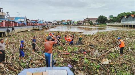 Air 2 Di Banjarmasin polair kerahkan empat perahu untuk bersihkan sah di sungai martapura tribunnews