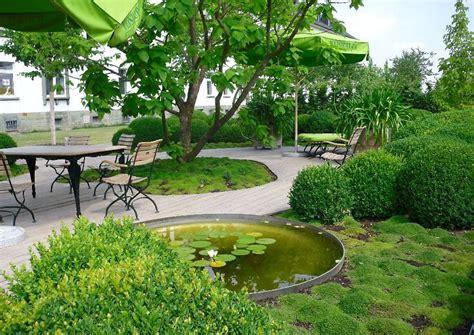 Grünes Wohnzimmer by Garten Idee Modern