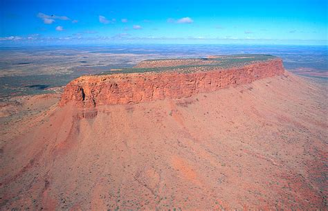 what pattern or shape is uluru nw side mt connor an inselberg island mountain in