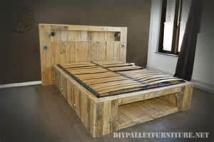lit fait avec palettes de planches et un matelasmeuble en