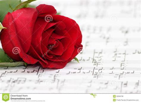 imagenes romanticas musicales la m 250 sica rom 225 ntica subi 243 hoja del piano foto de archivo