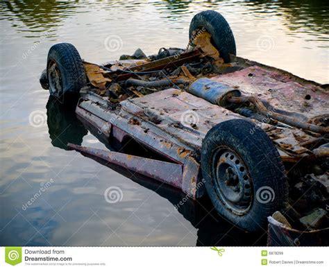 Wasser Im Auto by Rostiges Ausgegebenes Auto Im Wasser Teich Lizenzfreie