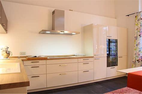 moderne küche hochglanz schwarz wohnzimmer in blau