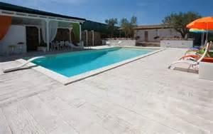 pavimenti per piscina piastrelle in legno per piscine design casa creativa e