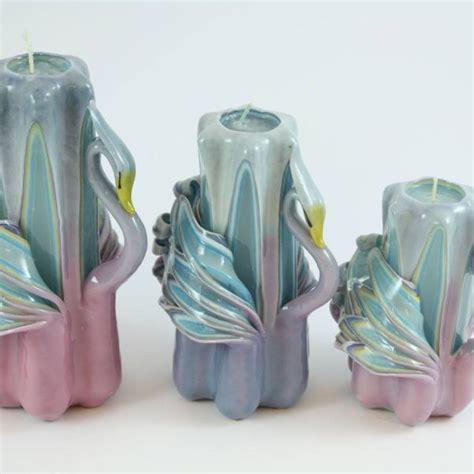 candele intagliate candela intagliata cigno lilla e azzurro candele shop