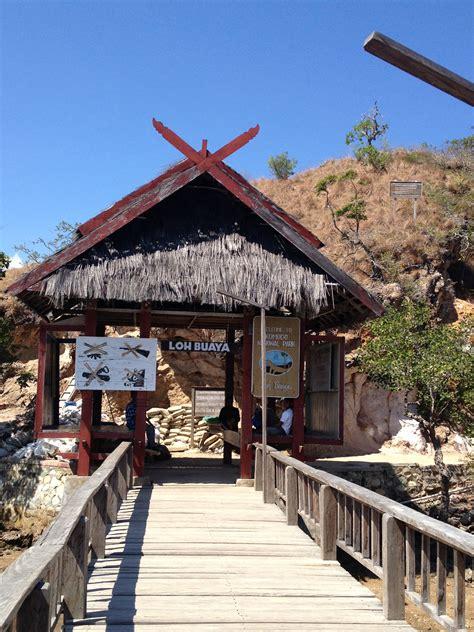 Lu Hias Cafe pink at komodo island liburkeluarga