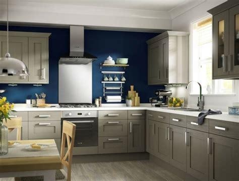 Incroyable Couleur Mur Avec Cuisine Blanche #7: cuisine-taupe-dacade-cuisine-taupe-et-mur-d-accent-bleu-magnifique-suggestion-pour-votre-cuisine.jpg