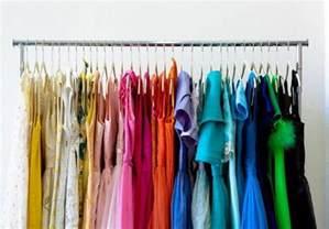 wie ordne ich meinen kleider im schrank richtig ordnung im kleiderschrank 40 tipps zum einr 228 umen