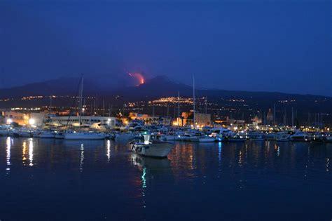 porto riposto etna lo straordinario spettacolo dell eruzione vista dal