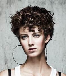 coiffure boucles cheveux courts femme cheveux courts sur