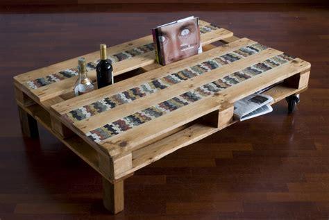 tavoli con bancali un tavolo da un bancale riciclato con inserti in mosaico