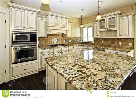 Kitchen Cabinets With Hardware cucina di lusso bianca spaziosa fotografia stock libera da