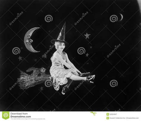 la sorcire dans les 2070664759 avec l homme dans la lune et une sorci 232 re sur un balai un vol d imagination allume le ciel
