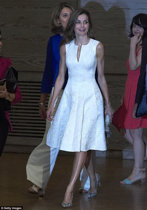 queen letizia is chic in white as she welcomes panamas queen letizia attends national fashion awards in madrid