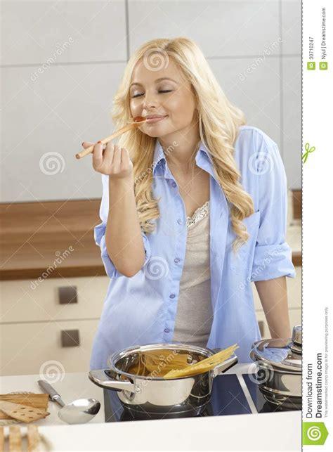 femme a la cuisine sauce 224 spaghetti d 233 chantillon de femme dans la