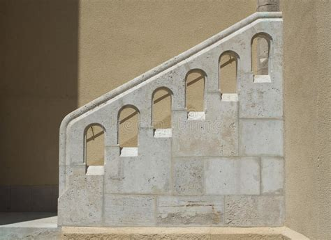corrimano per scale esterne scale esterne e corrimano di pietra bianco fotografie