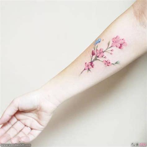 女性手前臂上的小清新花朵图案纹身