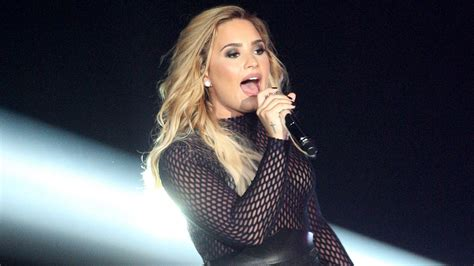 demi lovato blonde 2016 demi lovato is back as a brunette after a whole week as a