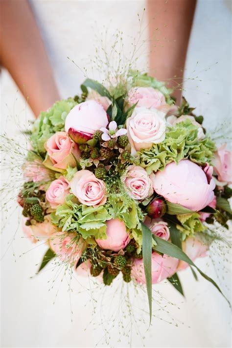 witte protea bloemen bruidsboeket rozen en pioenrozen theperfectwedding nl