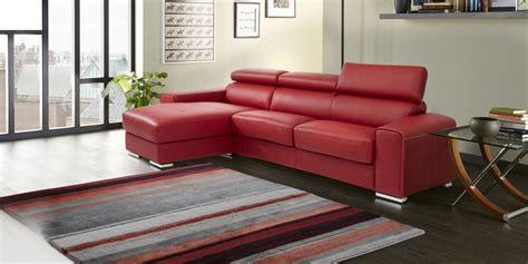 divano pelle rosso divano rosso pelle divano rosso foto royalty free