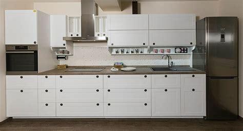 cuisine cuisine blanche plan de travail noir avec argent