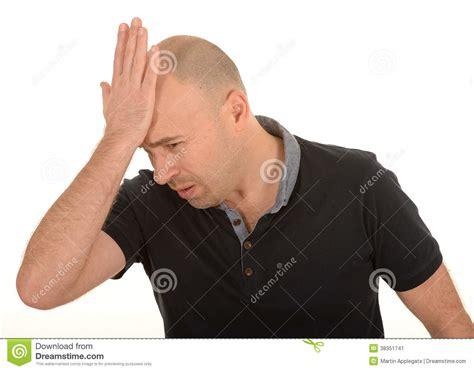 la mano sulla uomo triste con la mano sulla testa immagine stock