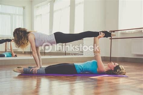 imagenes de yoga para 2 dos mujeres haciendo yoga en el interior foto de stock