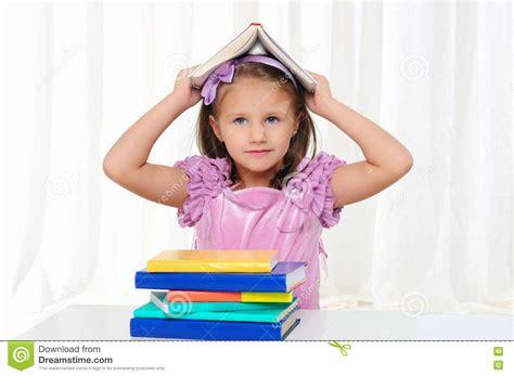 imagenes libres niños la ni 241 a est 225 estudiando la literatura im 225 genes de archivo
