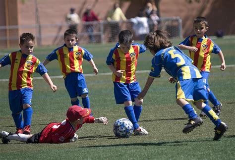 imagenes de niños jugando al futbol ni 241 os jugando al futbol partido en massamagrell partido