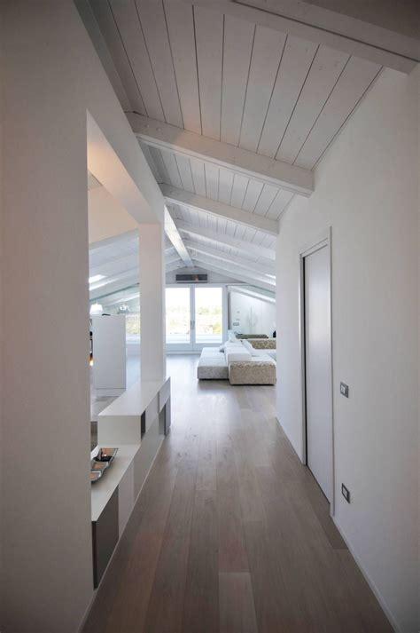 soffitto di legno vetrata pavimento e legno soffitto sbiancato soppalco
