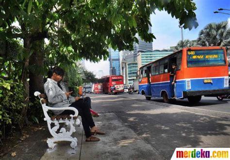 Kursi Rotan Pinggir Jalan foto pemasangan bangku taman di pinggir jalan ibu kota