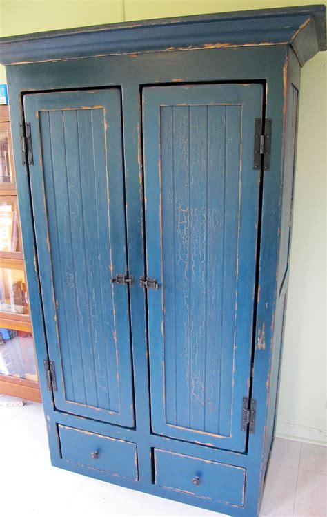 armoire de rangement sur mesure armoire en pin rangement sur mesure antique peinture lait