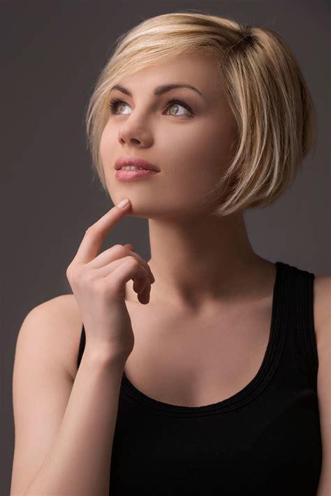 modische kurzhaarfrisur mit blonden straehnchen elegante