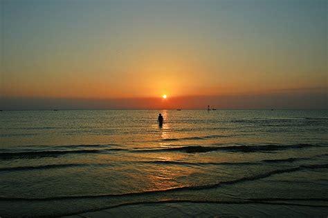 sulla spiaggia passeggiata in mare sulla spiaggia di rimini all alba foto