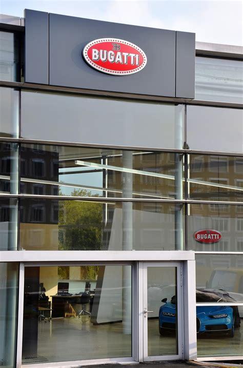 bugatti chiron dealership bugatti chiron posa orgulloso en concesionario suizo