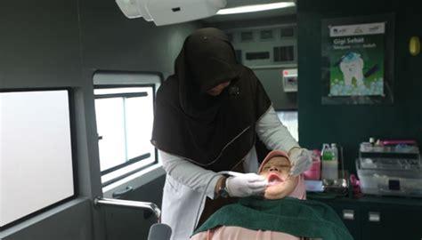 Membersihkan Gigi Di Klinik Mobil Klinik Gigi Bentuk Kepedulian Terhadap Kesehatan