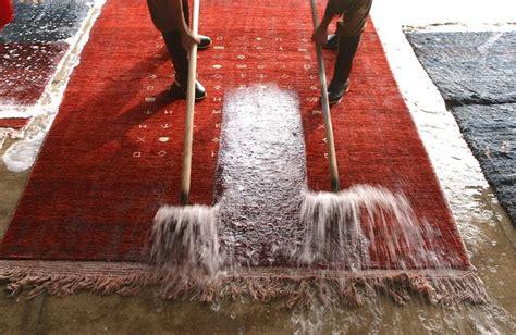 come pulire un tappeto come pulire un tappeto persiano mondofamiglia
