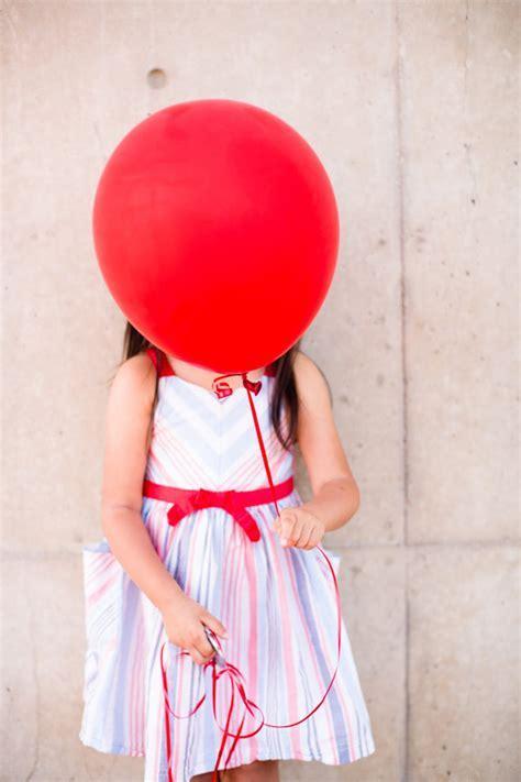 Red balloon family photos from Acqua Photo   Family