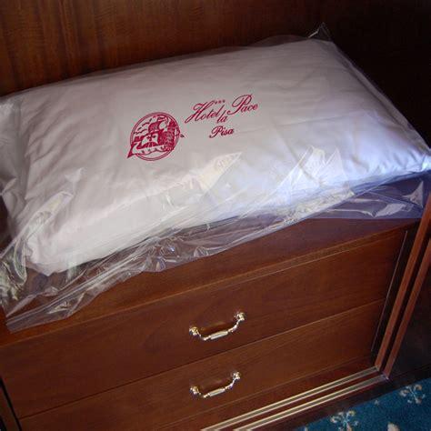 cuscini personalizzabili sacchi personalizzabili per cuscini e coperte camere d hotel