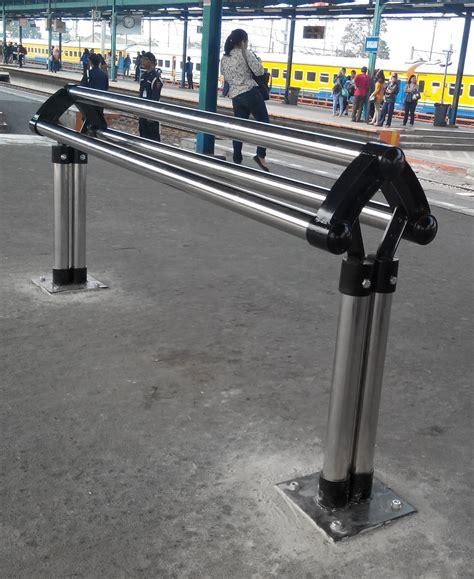 Kursi Bekas Manggarai aneka bangku penumpang di stasiun krl oleh amad sudarsih