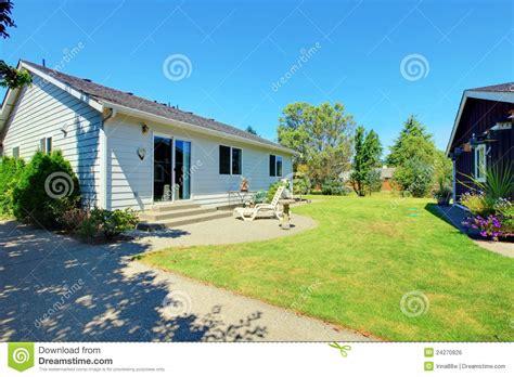 piccole tettoie piccole casa e tettoia bianche con i fiori immagine stock