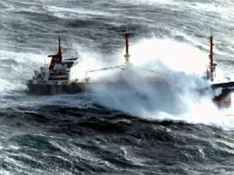 imagenes de barcos en tempestades tormenta en alta mar youtube