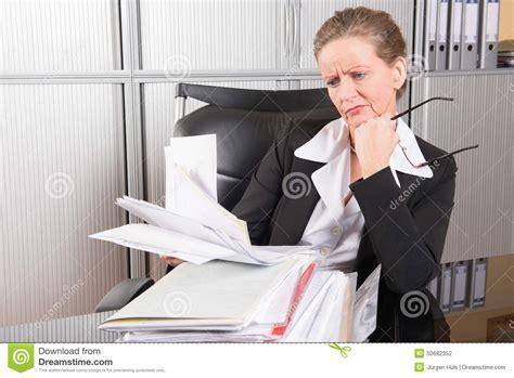 am駭ager bureau de travail chef f 233 minin dans le bureau avec trop de travail photo