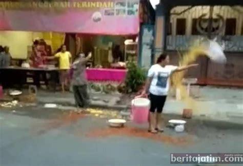 lawan satpol pp pkl alun alun bojonegoro buang dagangan