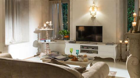 armadi per salotti salotto shabby chic mobili e decorazioni romantiche