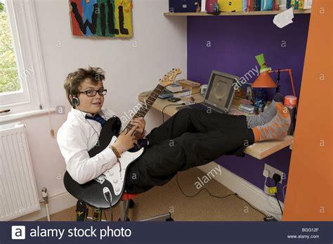 stuhl zum gitarre spielen thirteen year boy stockfotos thirteen year boy