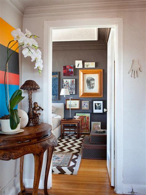 Cuadros De Interiores #3: Dormitorio-pared-color-oscuro-cuadros-decorativos.jpeg